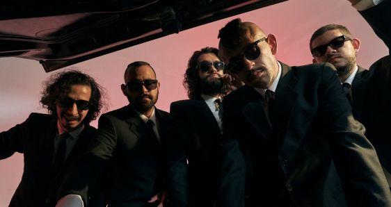 El grupo colombiano LosPetitFellas: Sebastián Panesso (guitarra), César Henao (batería), Andrés Gómez (teclado), Nicolás Barragán (voz) y Daniel Pedrozza (bajo). JUAN CATUMBA