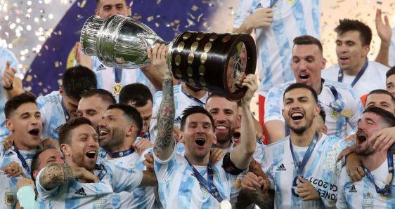 Messi, con el resto de jugadores de Argentina, levantando el trofeo de la Copa América, el 10 de julio, en Maracaná. AFA