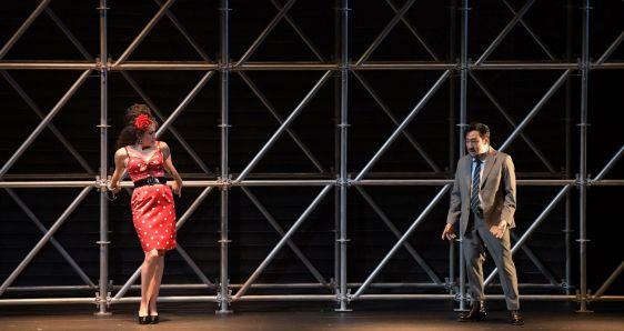 Stéphanie d'Oustrac y Toshiaki Murakami, en una escena de 'Carmen', de Àlex Ollé, en el New National Theatre de Tokio. NNTT