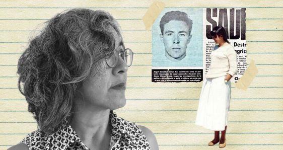 La escritora Cristina Rivera Garza, su hermana Liliana y un recorte de prensa con Ángel Gónzalez Ramos. ELENA CANTÓN