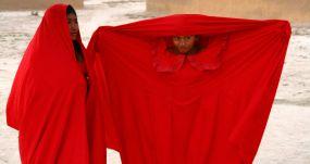 Dos niñas wayúu, vistiendo los tradicionales ropajes de color rojo. FLICKR/TANENHAUS CON LICENCIA CC BY 2.0
