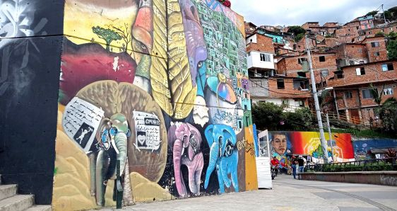 Mural de grafitis en la Comuna 13, en la ciudad de Medellín JOHANNA OSORIO