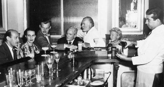 Ernest Hemingway (en el centro), con Roberto Herrera, Byra Whittlesey, su hijo Jack, Spencer Tracy  y su esposa Mary Welsh, en El Floridita de La Habana, hacia 1955. ARCHIVO