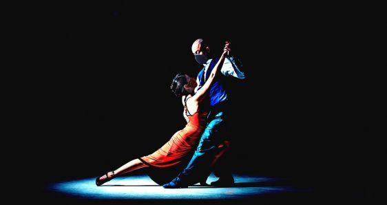 Así se baila el tango (en pandemia). ELENA CANTÓN/FOTO: MARKO ZIRDUM