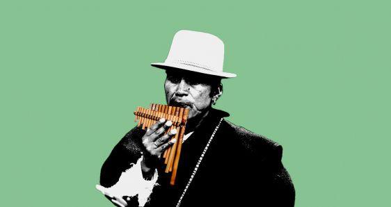 Un músico toca la flauta de pan. ELENA CANTÓN