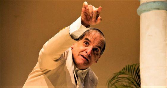 El actor venezolano Héctor Manrique, interpretando a Pío Miranda en 'El día que me quieras'. ALBERTO GULIN/ACTORAL 80