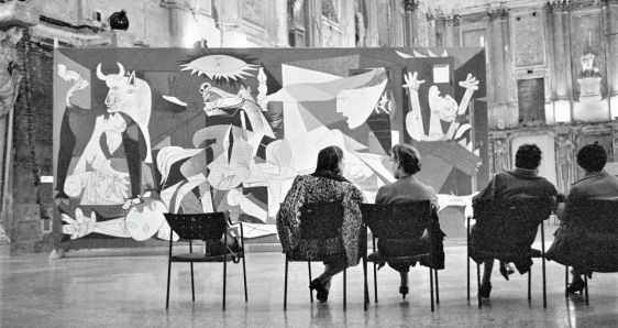 El 'Guernica' de Pablo Picasso, en el Palacio Real de Milán, en 1953. RENE BURRI/MAGNUM PHOTOS/© SUCESIÓN PABLO PICASSO, VEGAP, MADRID 2017
