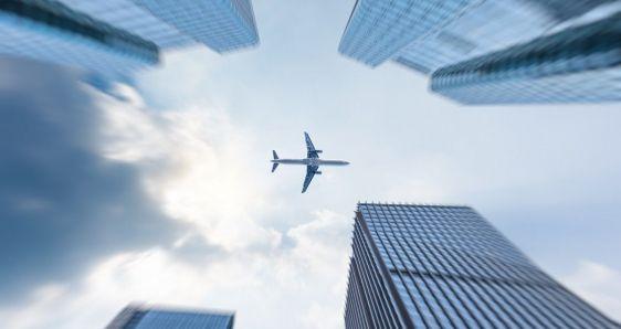 En Latinoamérica, volar se ha convertido en un lujo, según IATA. FREEPIK/FANJIANHUA