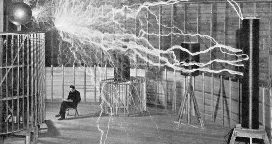 """Nikola Tesla en su laboratorio de Colorado Springs. FUNDACIÓN """"LA CAIXA""""/GETTY"""