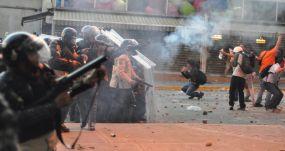 Policías disuelven una protesta en Venezuela, país en que la cobertura informativa es complicada. FLICKR/ANDRESAZP CC BY ND 2.0