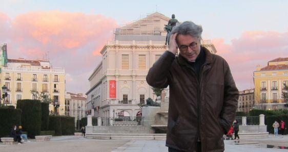 El escritor Andrés Trapiello, en la plaza de la Ópera de Madrid. IGNACIO VIDAL-FOLCH