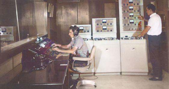 Mario Rincón, en el estudio de grabación de Discos Fuentes, en los años sesenta. ARCHIVO
