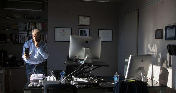El empresario y periodista Daniel Hadad, en su despacho de la sede de Infobae, en Buenos Aires. LEO VACA