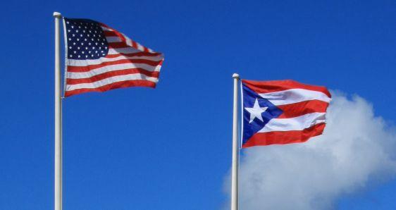 Las banderas de Estados Unidos y Puerto Rico. FLICKR/ARTURO DE LA BARRERA BAJO LICENCIA CC BY-SA 2.0