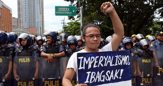 Un joven filipino con un cartel en una protesta en Manila con motivo del Día de la Independencia de Filipinas. ALEJANDRO ERNESTO