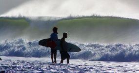 Una pareja de surfistas en una playa de Cuba. YENIA EXPÓSITO