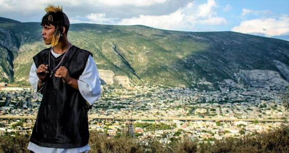 El actor Juan Daniel García, en un fotograma de la película 'Ya no estoy aquí'. NETFLIX